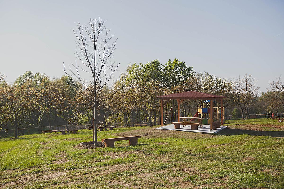i gazebo e le panche in legno del parco dell'agrilatteria del pianalto